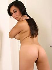 Pretty brunette Jinle shows off her curvy body